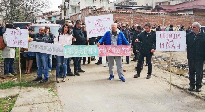 Протестиращи пред съда в Тополовград искат свобода за легионера Иван Пачелиев (снимки)