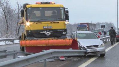 """Снегорин и кола катастрофираха на магистрала """"Марица"""" (снимка)"""
