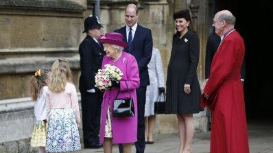 Кралското семейство присъства на Великденската служба в Уиндзор (снимки)