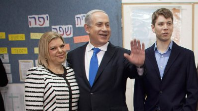 Нищят израелския премиер и семейството му за корупция