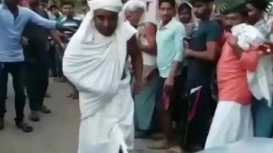 Индийски монах тегли кола с пениса си в продължение на 30 метра (видео)