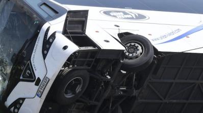 Тежка катастрофа с автобус при Вакарел, има загинали и ранени (обновена+снимки+видео)