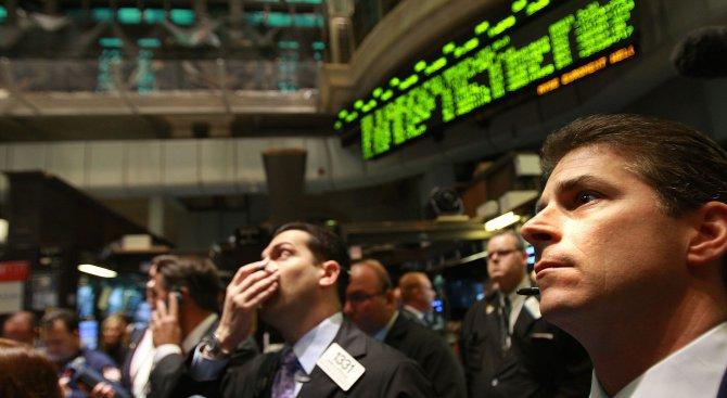 """Понижение на фондовите индекси на Уолстрийт след спад на акциите на """"Филип Морис"""""""