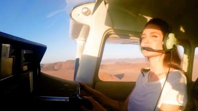 Анджелина Джоли пилотира самолет над пустинята на Намибия (видео)