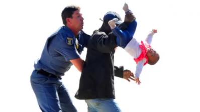 Баща хвърли дъщеря си от покрива в знак на протест (видео)