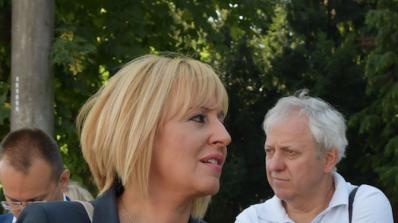 Мая Манолова ще се срещне с 200 шивачки, оставени без заплати от работодателя си