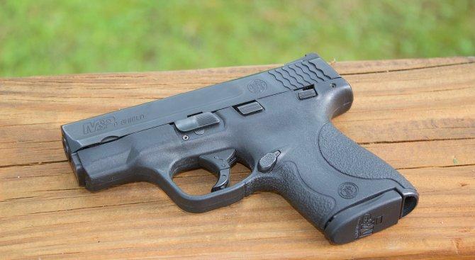 Мъж броди из Борисовата и плаши с пистолет (снимки+видео)