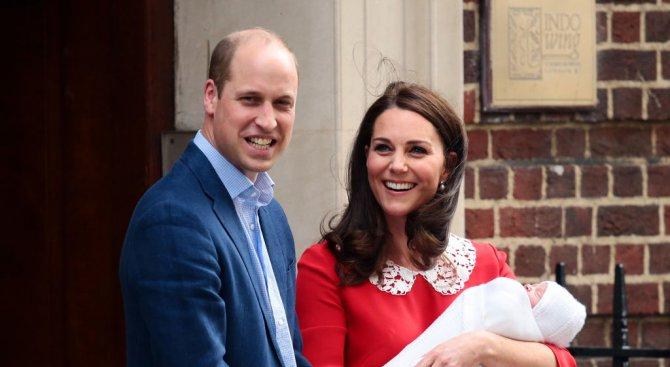 Уилям и Кейт показаха новородения принц (снимки+видео)