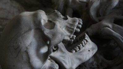 На остров Нова Гвинея майсторят ками от човешки кости