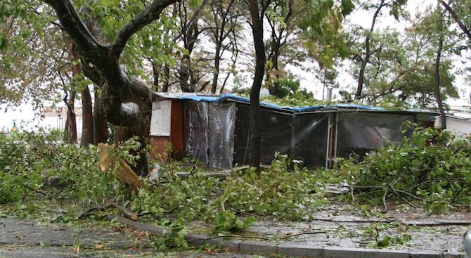 Силна буря в Стара Загора, има материални щети