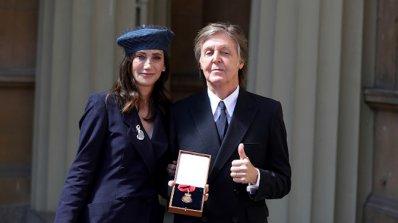 Кралица Елизабет Втора връчи Ордена на кавалерите на честта на Пол Маккартни (снимки)