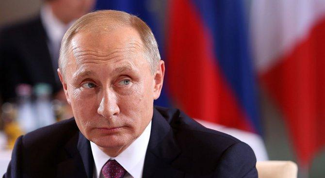 Владимир Путин се качи на руска лимузина (видео)