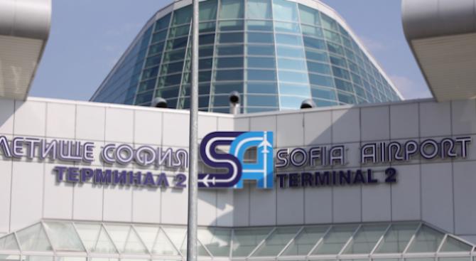 Хората тръгнаха пеша към Летище София заради трафика