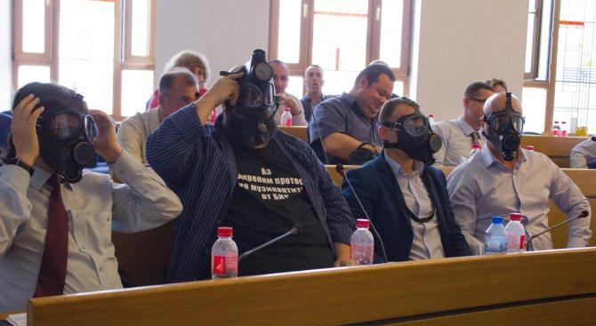 В знак на протест общинските съветници от ПГ 5 сложиха противогази (снимки+видео)