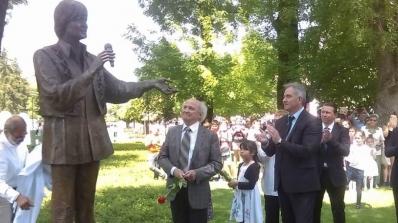Паметник на Емил Димитров откриха в родния му Плевен (снимки)