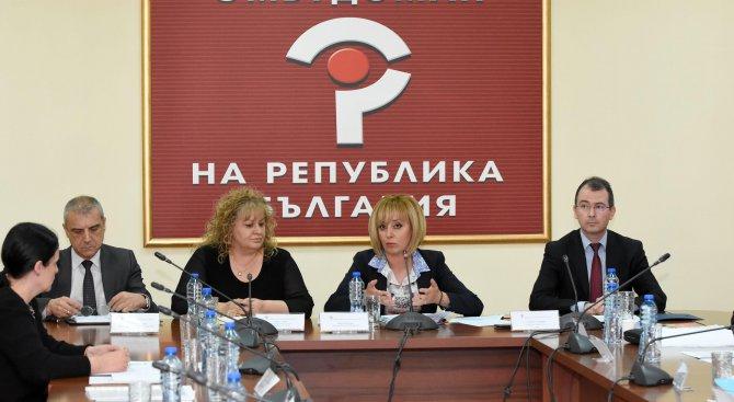 Мая Манолова събра на среща институциите и нашенци, осъдени за трафик на хора в Гърция (снимки)