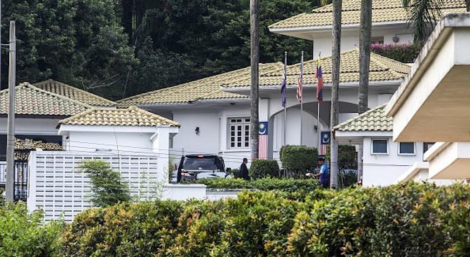 Откриха още торби с пари в имоти на бившия премиер на Малайзия