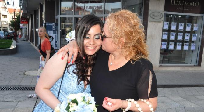 Тони Димитрова с дъщеря абитуриентка (снимки)