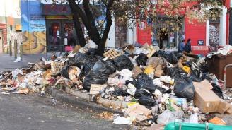 Арестуваха боклукчии във Франция, искали да изсипят отпадъци пред партията на Макрон (снимка)