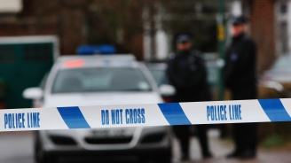 Въоръжен мъж е взел заложници в ресторант в Източен Лондон