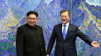 Двете Кореи обсъждат дали да си стиснат ръцете