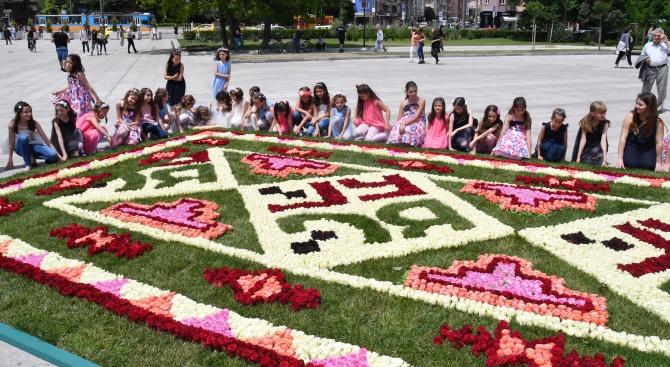 Килим от 14 000 рози краси пред НДК (снимки)