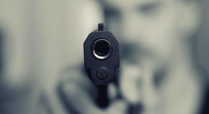 Ревнивец застреля жена си и съседа си (снимки)