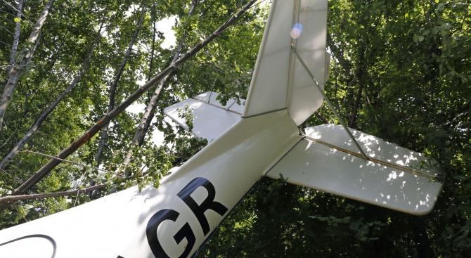 Малък самолет падна край Казанлък (снимки)