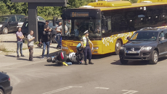 Катастрофа между мотор и автобус на градския транспорт в София (снимки)