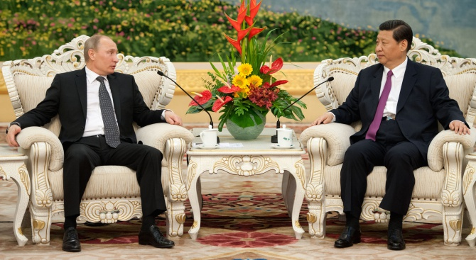 Путин: Пийнах с китайския си колега водка. Мезнахме със салам