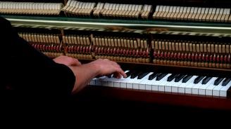 Робот с 53 пръста и човек премериха сили по свирене на пиано