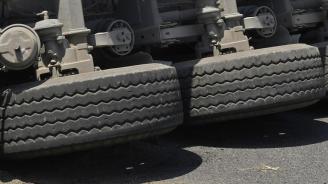 Катастрофа между камион с дърва и лека кола блокира пътя Реброво -Луково