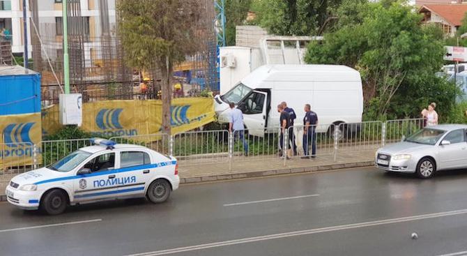 """Бус отнесе пожарен хидрант заради отнето предимство на бул. """"Черни връх"""" (снимки)"""
