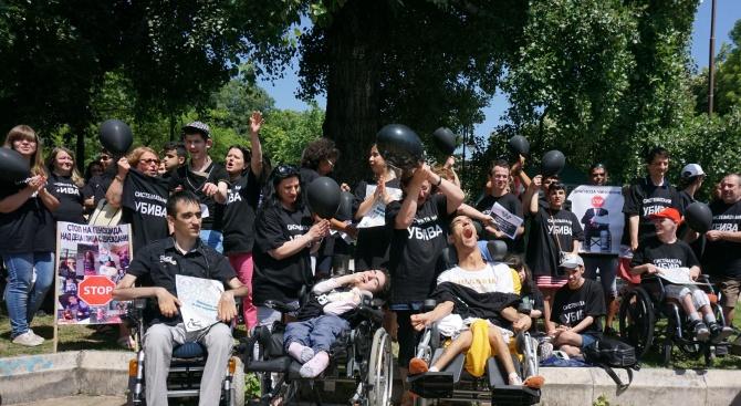 Хората с увреждания излязоха на протест във Варна (снимки)