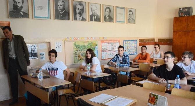 Слятото писане спъна зрелостниците, 3% преписали Вапцаров (видео)