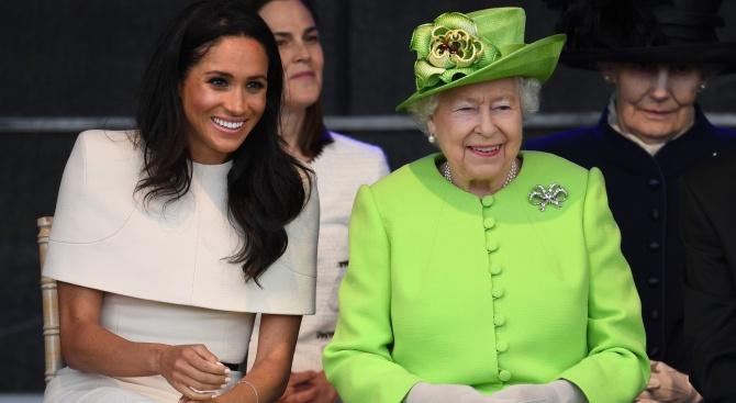 Кралица Елизабет II и херцогинята на Съсекс пристигнаха в Чешър за първия си съвместен официален ангажимент (снимки)