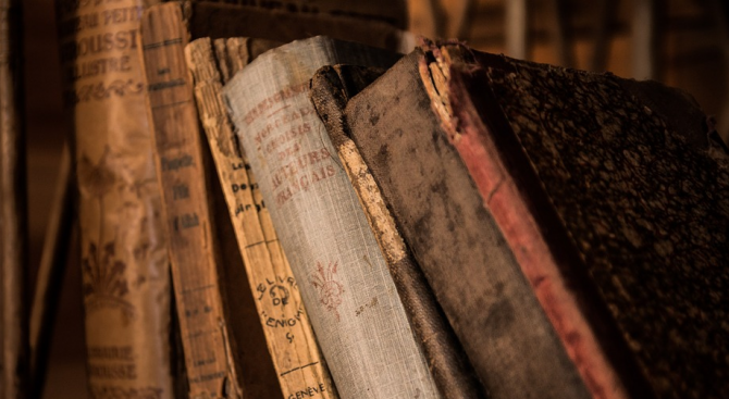 На какво се дължи ароматът на старите книги?