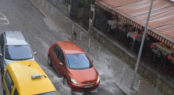 Проливен дъжд се изля над София. Най-засегнати от бурята са