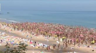 2 500 жени се съблякоха голи на плаж в Ирландия (видео)