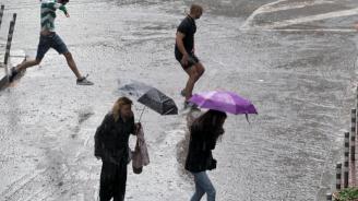 Дъждовете наводниха Терминал 1 на летище София (снимки)
