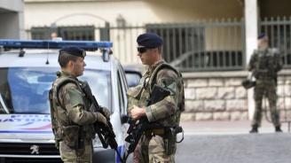 """Жена рани с нож двама души във френски супермаркет, крещейки """"Аллах акбар!"""""""
