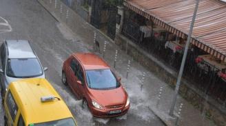 Пороен дъжд се изсипва над столицата