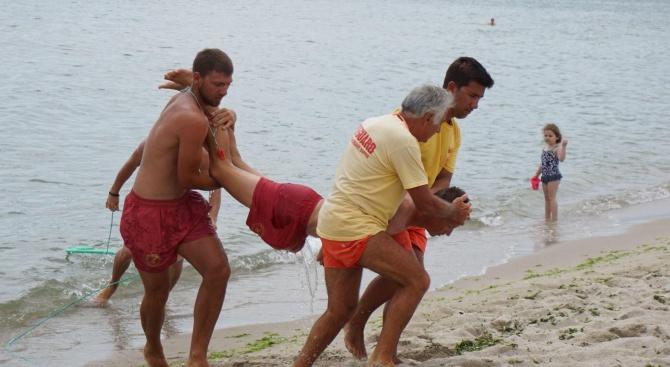 Спасители, обучени от БЧК, показаха водно спасяване и оказване на