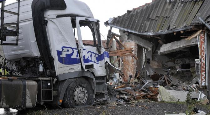 ТИР се вряза в цех, шофьорът загина (снимки)