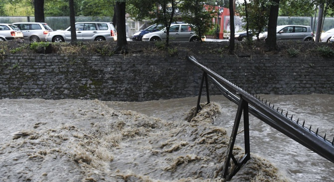 Вследствие на падналияобилен дъжд снощи в столицата служителите на пожарната