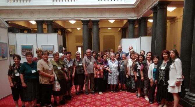 Цветан Цветанов се срещна с дамите от Клуба на пенсионера в Добринище (снимки)