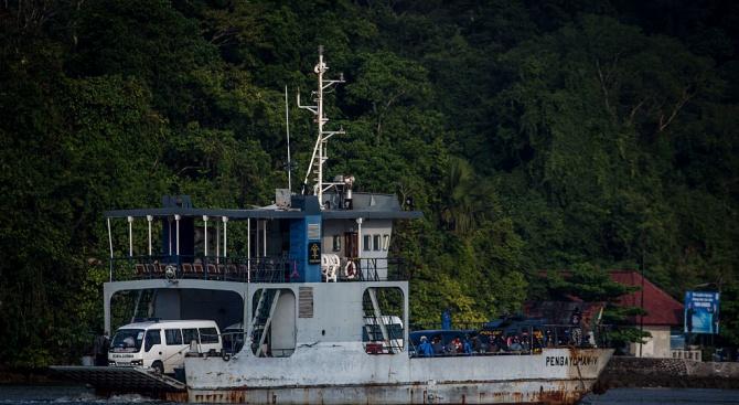 Близо 200 души се издирват след потъване на ферибот в Индонезия