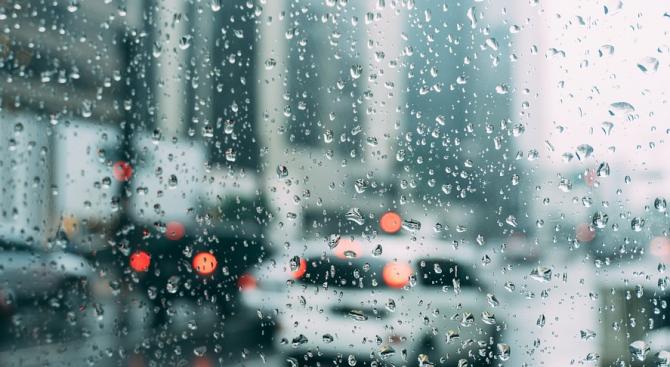 Краткотрайни валежи и гръмотевични бури утре