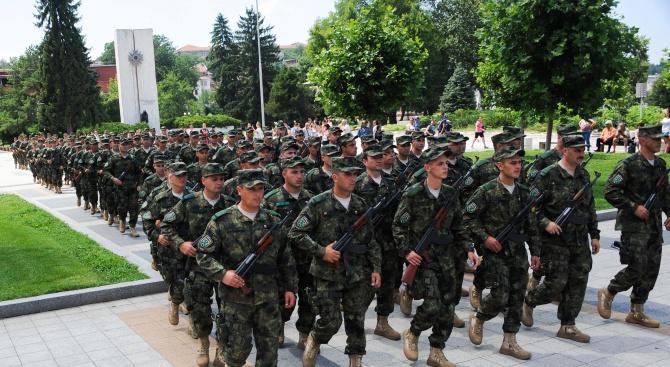 Министърът на отбраната Красимир Каракачанов и заместник-началникът на отбраната генерал-лейтенант