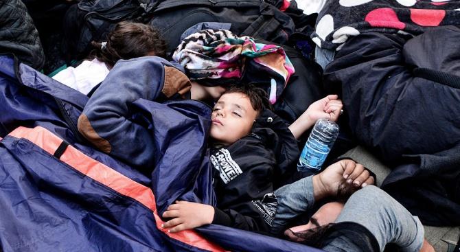 Кораб с 230 мигранти чака дипломатическо решение в морето